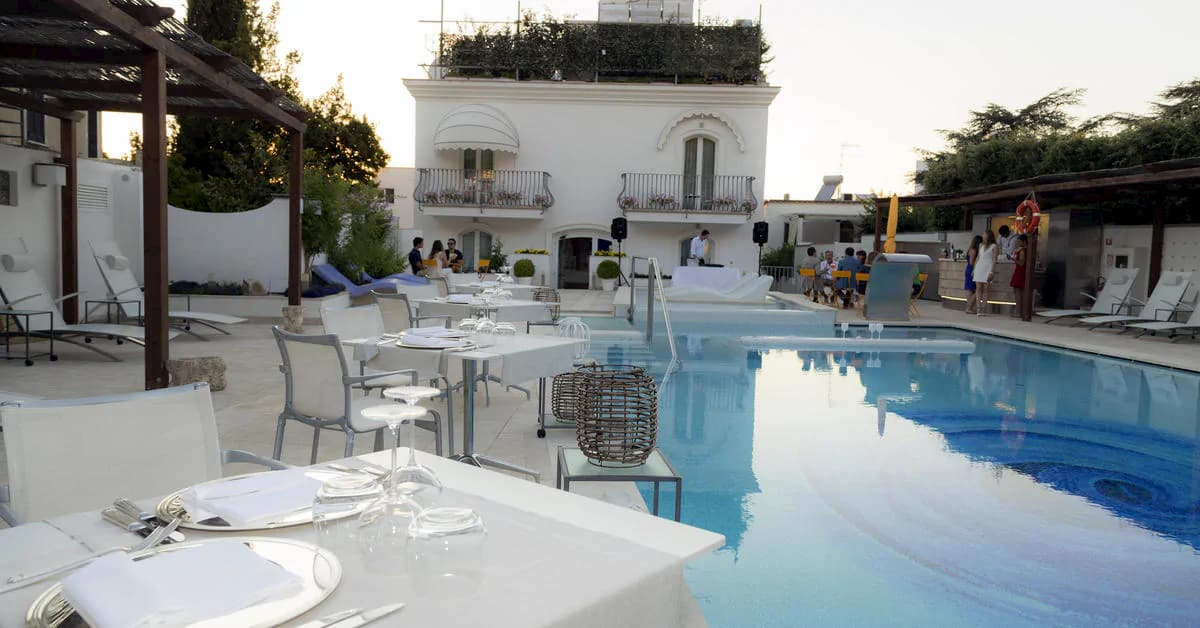 blue-pool-lounge1